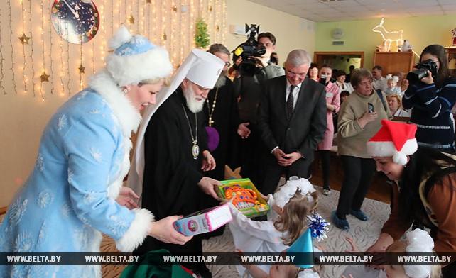 Митрополит Павел и Малашко вручили подарки воспитанникам Минского дома ребенка