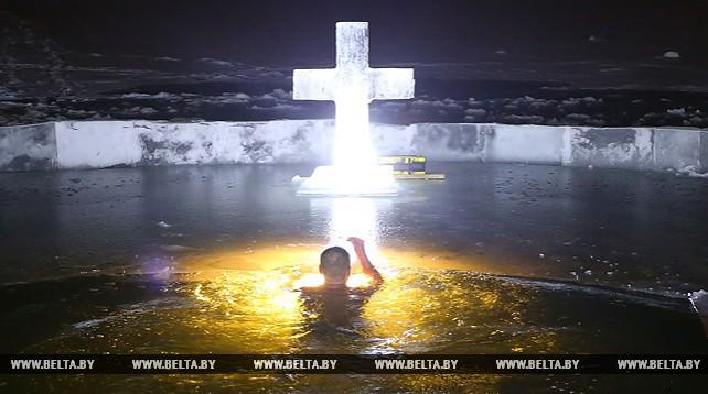 Сотрудники МЧС искупались в крещенской проруби