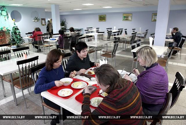 "Около 850 работников предприятия ""Белвест"" ежедневно обедают в столовой предприятия"
