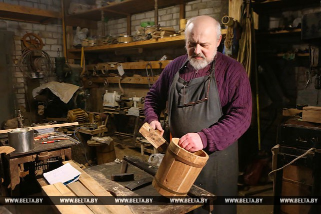 20 лет занимается бондарством народный мастер из Гродно Михаил Кукса