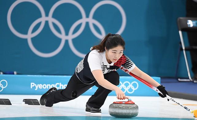 Мастера керлинга первыми начали состязания на Олимпиаде в Пхенчхане