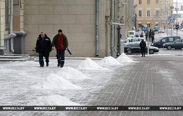 На улицах Минска убирают снег