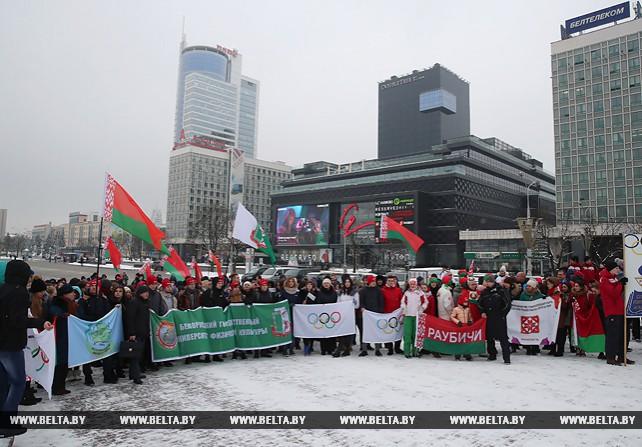 Зрители болеют за белорусских олимпийцев возле Дворца спорта в Минске
