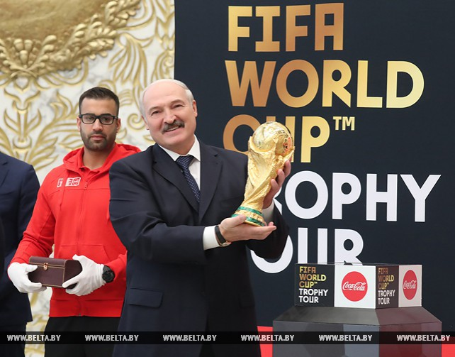 Кубок мира ФИФА на несколько часов стал экспонатом Дворца Независимости