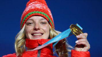 Анне Гуськовой вручена золотая олимпийская медаль за победу в лыжной акробатике