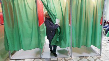 Голосование на избирательных участках в Минске