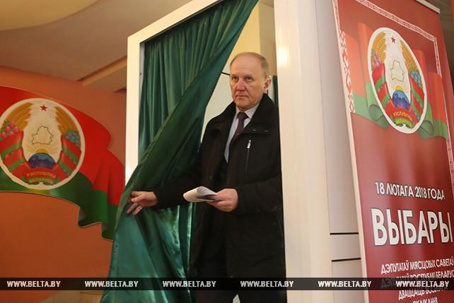 Владимир Кравцов проголосовал на избирательном участке №7 в Гродненской городской гимназии