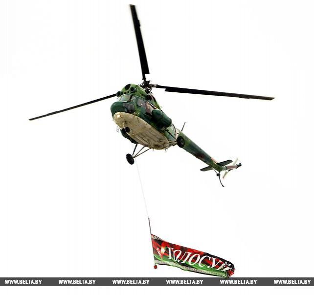 """Впервые голосующих ребят прокатили на вертолете с флагом-растяжкой """"Голосуй"""""""