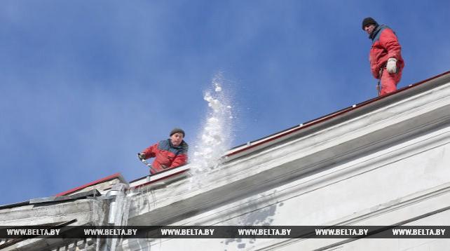 Коммунальщики Минска очищают крыши от снега и сосулек