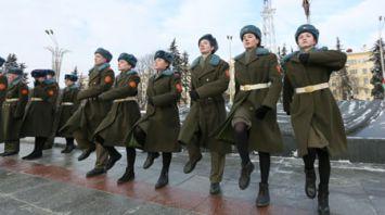 Школьники несут Вахту памяти на Посту №1
