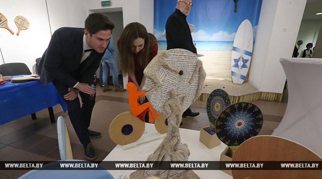 Выставка расписных пляжных теннисных ракеток открылась в Минске