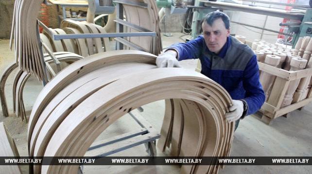 Ельское предприятие экспортирует мебель в Россию
