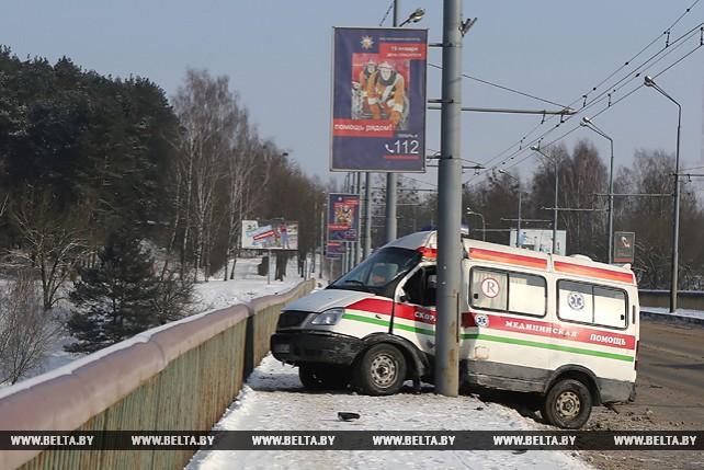 В Гродно автомобиль скорой помощи едва не вылетел с моста в Неман