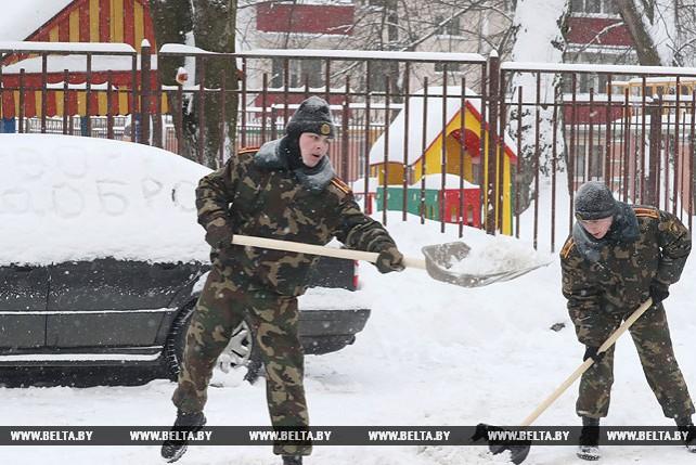 Курсанты Военной академии убирают Минск от снега