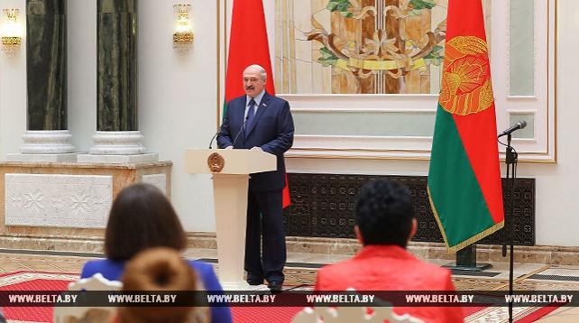Лукашенко вручил госнаграды и генеральские погоны