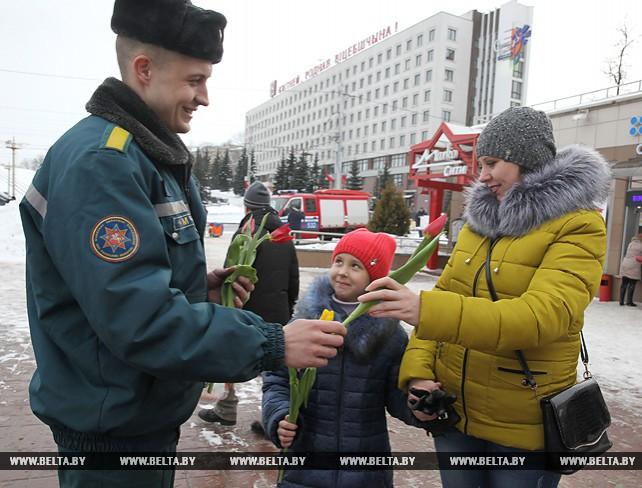 Сотрудники службы спасения вручили витебским женщинам 101 тюльпан