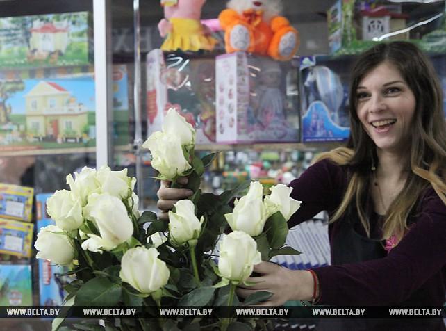 Пограничники и активисты БРСМ поздравили гомельчанок