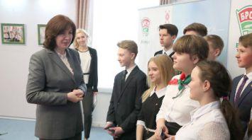 Кочанова вручила паспорта юным гражданам Беларуси