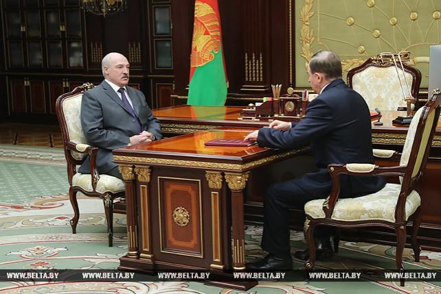 Лукашенко принял с докладом управляющего делами Президента Беларуси Виктора Шеймана