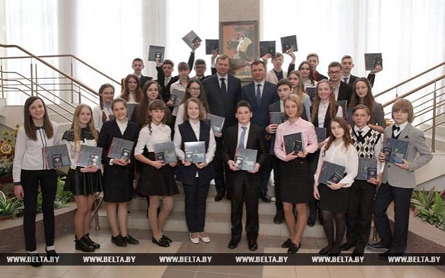 Доманевский вручил паспорта представителям талантливой молодежи Могилевской области