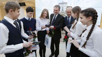 Бузовский и депутаты Мингорсовета вручили паспорта юным гражданам