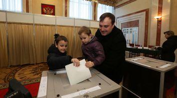 Россияне голосуют на избирательных участках в Беларуси