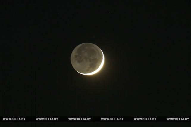 Луна и Венера на ночном небе