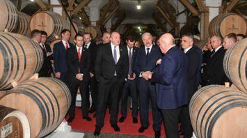 Лукашенко посетил Тбилисский коньячный завод и продегустировал коньяк 125-летней выдержки