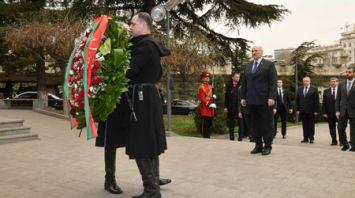 Лукашенко в Тбилиси возложил цветы к мемориалу героям, павшим за единство Грузии