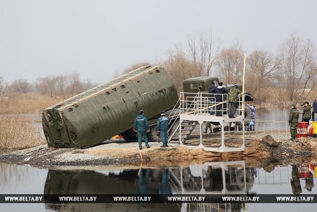 Военные инженеры работают с секциями понтонного моста на реке Припять
