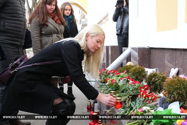 Брестчане несут цветы к российскому консульству в знак скорби по жертвам в Кемерово