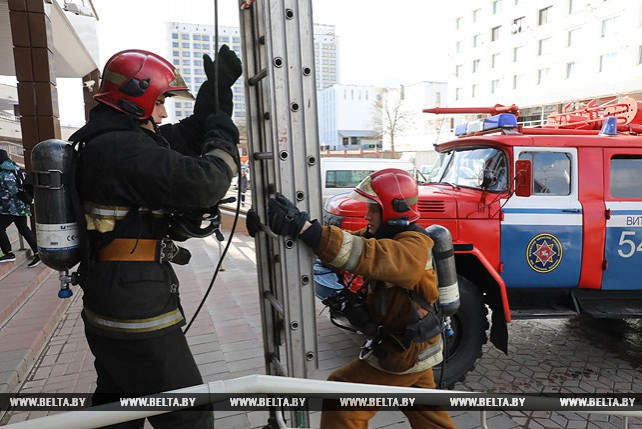 Учения МЧС с эвакуацией прошли в бизнес-центре в Витебске