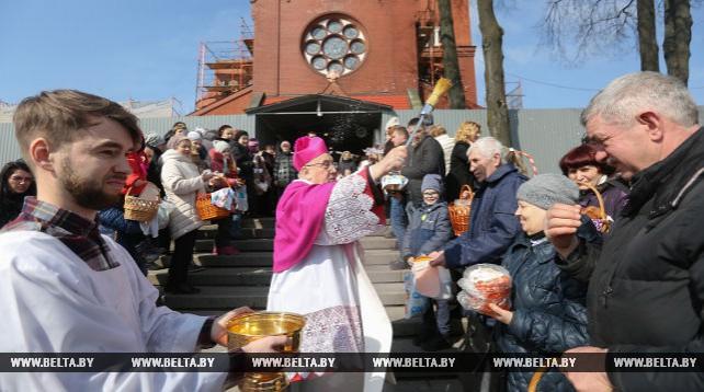 Тадеуш Кондрусевич освятил пасхальную пищу в костеле Святых Симеона и Елены в Минске