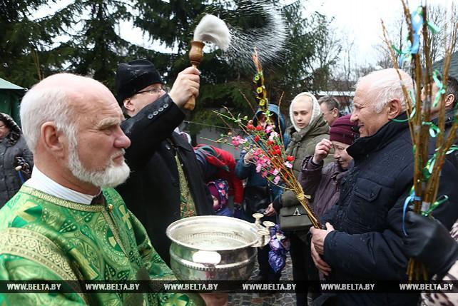Православные верующие празднуют Вход Господень в Иерусалим - Вербное воскресенье