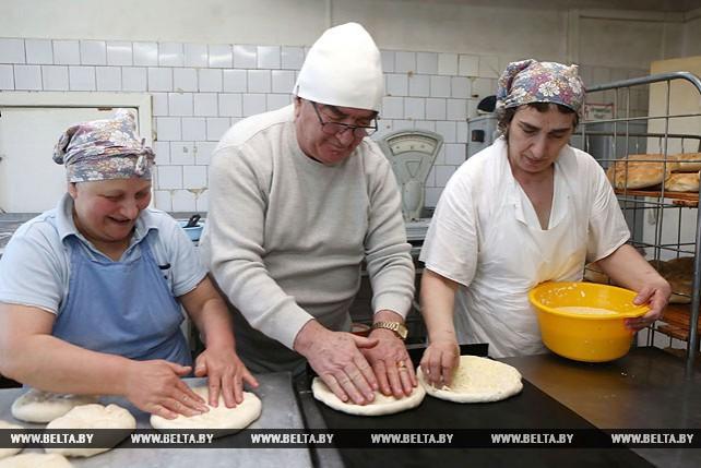 Элгуджа Мания печет для белорусов грузинский хлеб