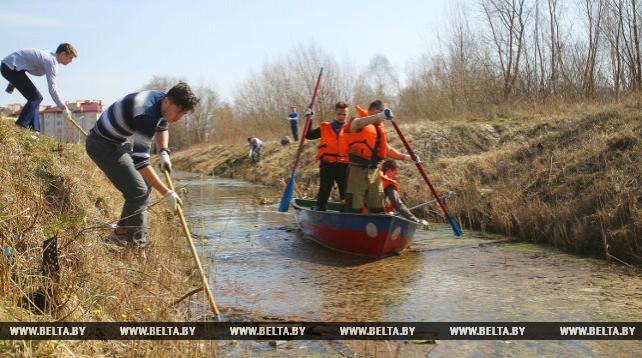 Волонтеры БРСМ провели субботник в Бресте