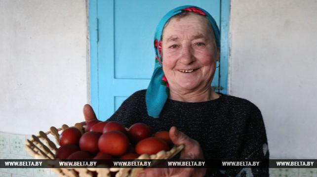 Жительница Гродненской области красит яйца на Пасху старинным способом