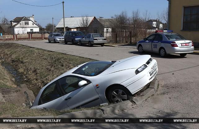 В Гродно легковушка на большой скорости вылетела в канаву