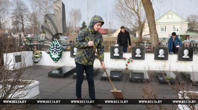 На Старосеменовском кладбище в Витебске в преддверии Радуницы прошел субботник