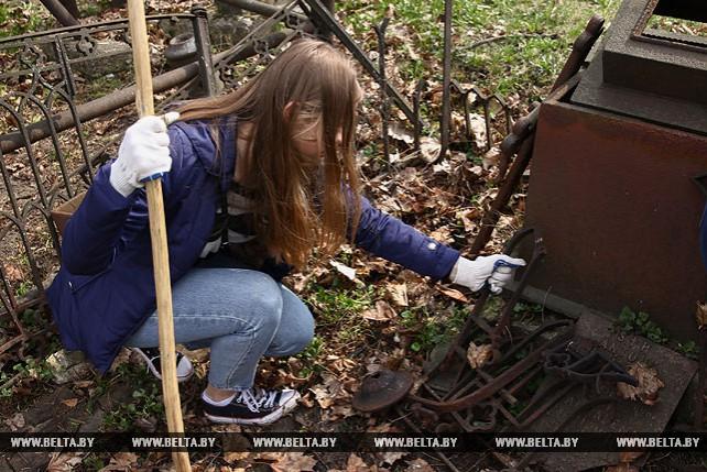 Волонтеры и активисты БРСМ навели порядок на Польском и Тришинском кладбищах Бреста