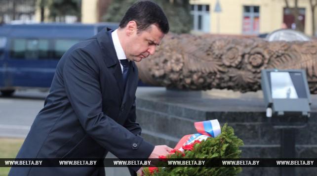 Губернатор Ярославской области возложил венок к монументу Победы в Минске
