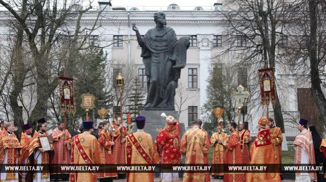 Более 150 священнослужителей приняли участие в крестном ходе к памятнику Кириллу Туровскому в Гомеле