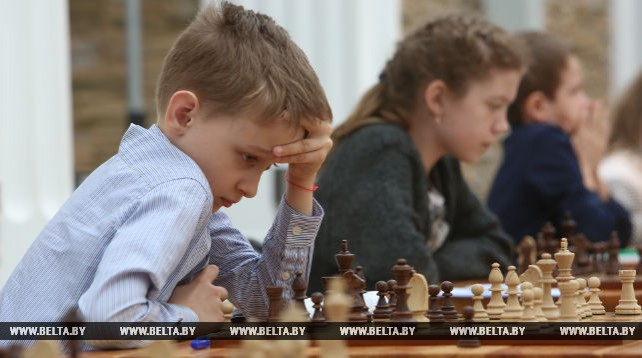 Гроссмейстер Борис Гельфанд провел одновременную игру с двадцатью юными шахматистами