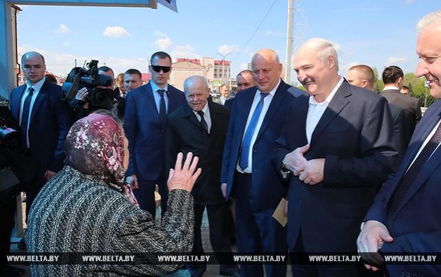 Лукашенко ознакомился с благоустройством Житковичей и пообщался с жителями города