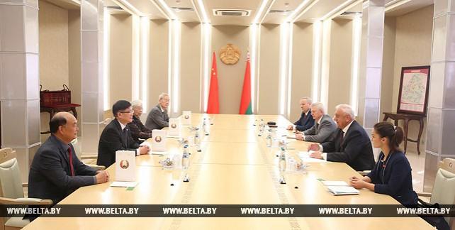 Мясникович встретился с дипломатами, которые в разные годы были чрезвычайными и полномочными послами Китая в Беларуси