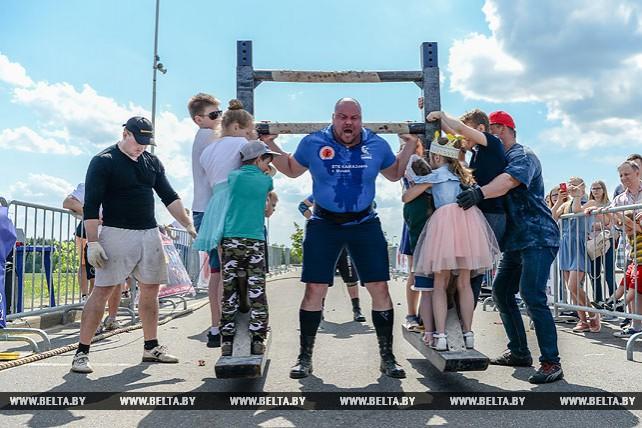 Белорусские силачи соревновались в Силичах в День Победы