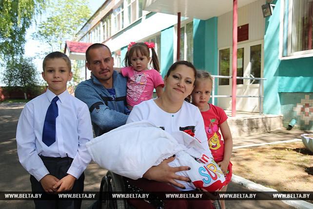 Призер чемпионатов Беларуси Люба Мохор по спортивным танцам на колясках родила четвертого ребенка