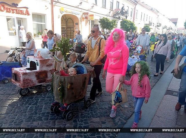 Парад эксклюзивных детских колясок прошествовал по центру Гродно