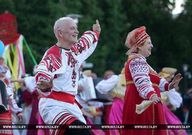 Представители 36 национальностей участвовали в праздничном шествии по центру Гродно
