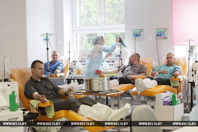 Минчане принимают участие в акции, посвященной Всемирному дню донора крови